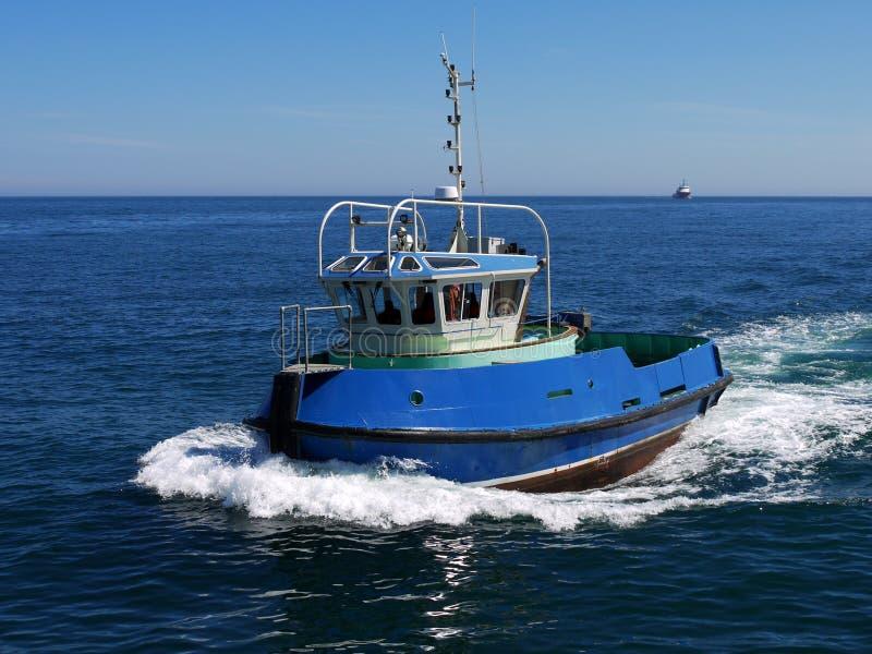 Hafen-Schlepper laufend mit Geschwindigkeit lizenzfreies stockfoto