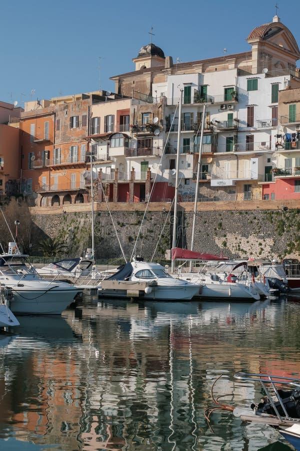 Hafen und alte Stadt in einem italienischen Seeplatz stockbild