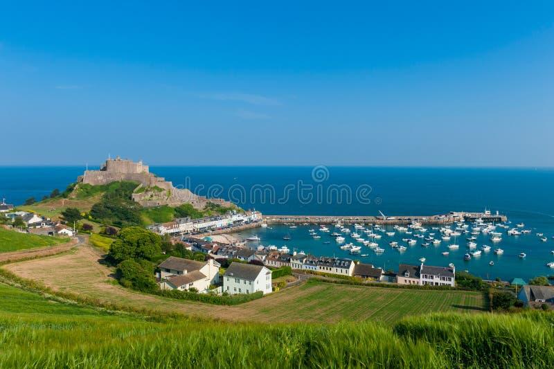 Hafen und Gorey-Schloss im Heiligen Martin Jersey stockfotos