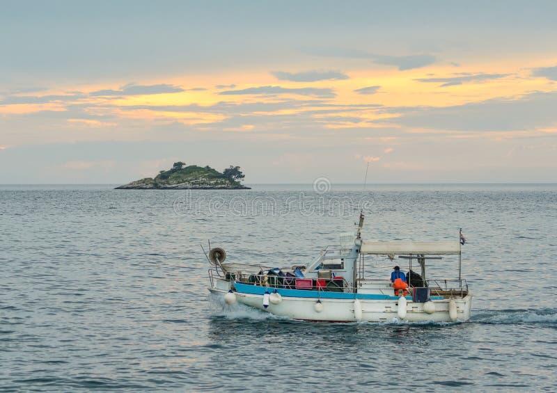 Hafen und Inseln von St Andrew und von St. Catherine der alten Stadt Rovinj Rovigno Naturlandschaft am sonnigen Tag Istria Croati lizenzfreies stockbild