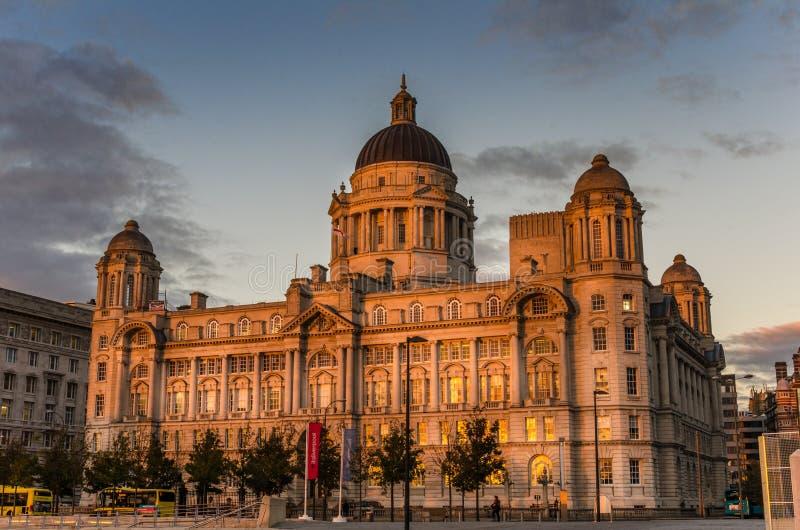 Hafen von Liverpool-Gebäude bei Sonnenuntergang stockbilder