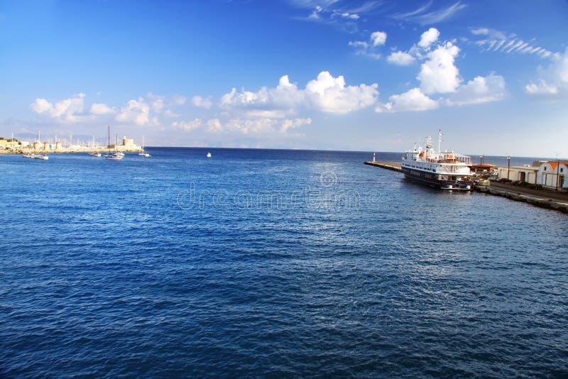Hafen von Rhodos City.Landscape an einem sonnigen Tag stockfotos