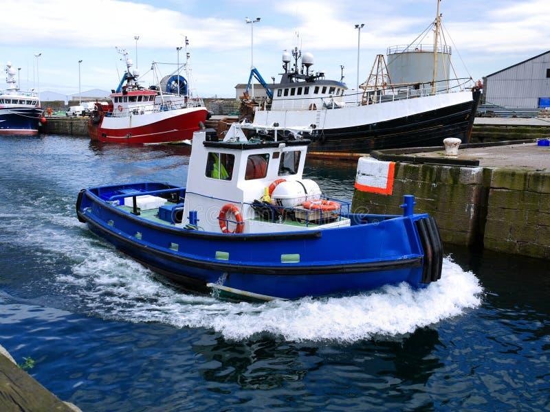 Hafen Workboat laufend mit Geschwindigkeit lizenzfreie stockfotos