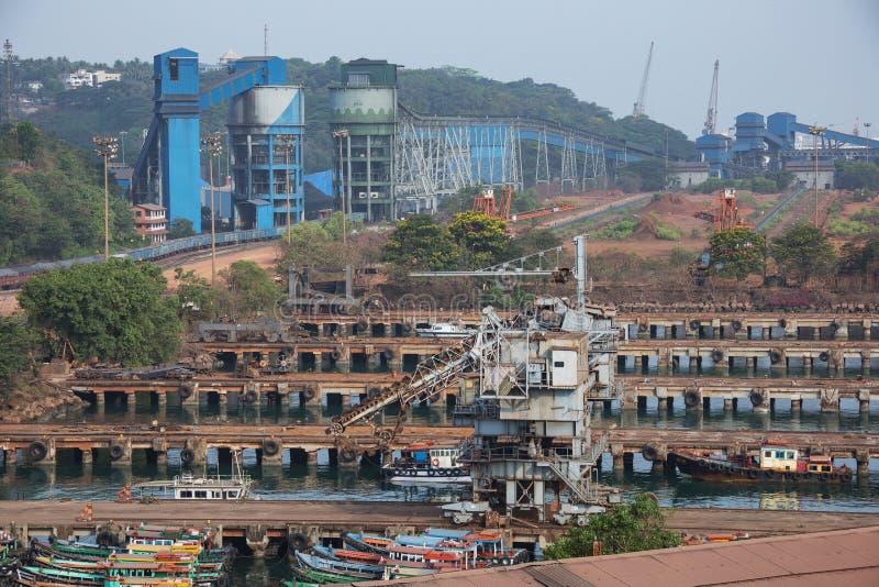 Hafenanlagen mit Güterzug lizenzfreies stockfoto