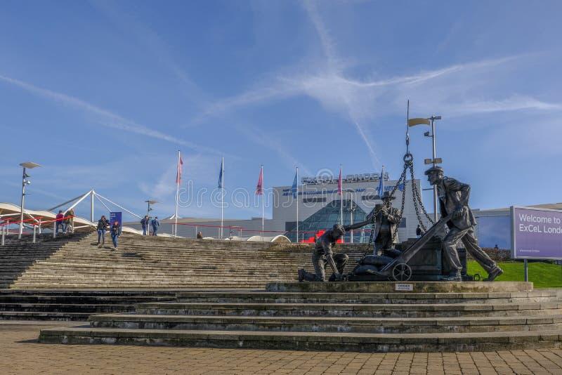 Hafenarbeiter ` s Skulptur in der Excel-Ausstellungs-Mitte in London stockfotografie