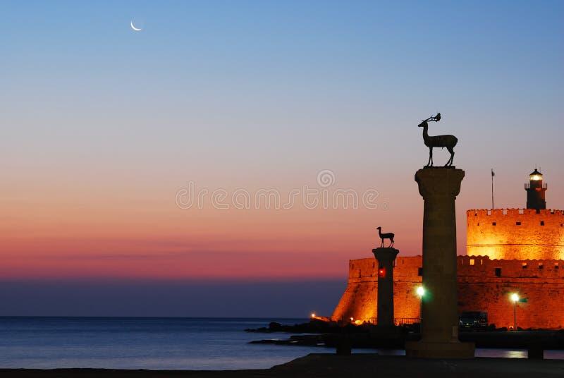 Hafengatter u. Leuchtturm, Rhodos lizenzfreie stockbilder