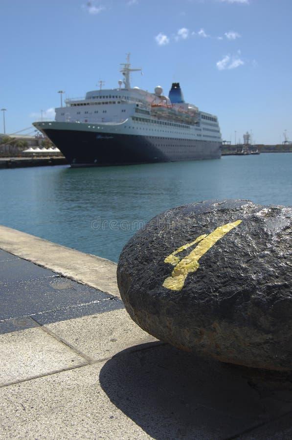 Hafenhafen mit Schiff stockbild
