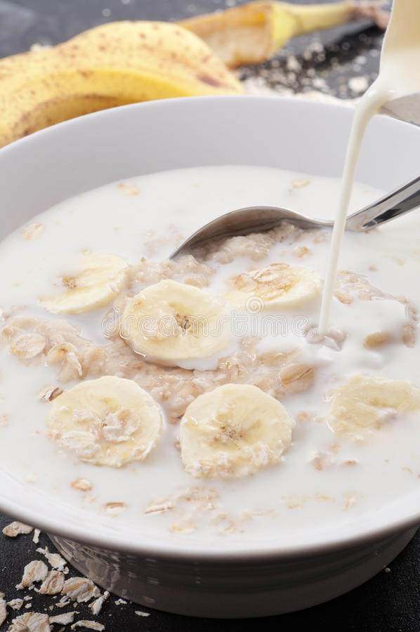 Hafer-Brei mit Milch stockfoto