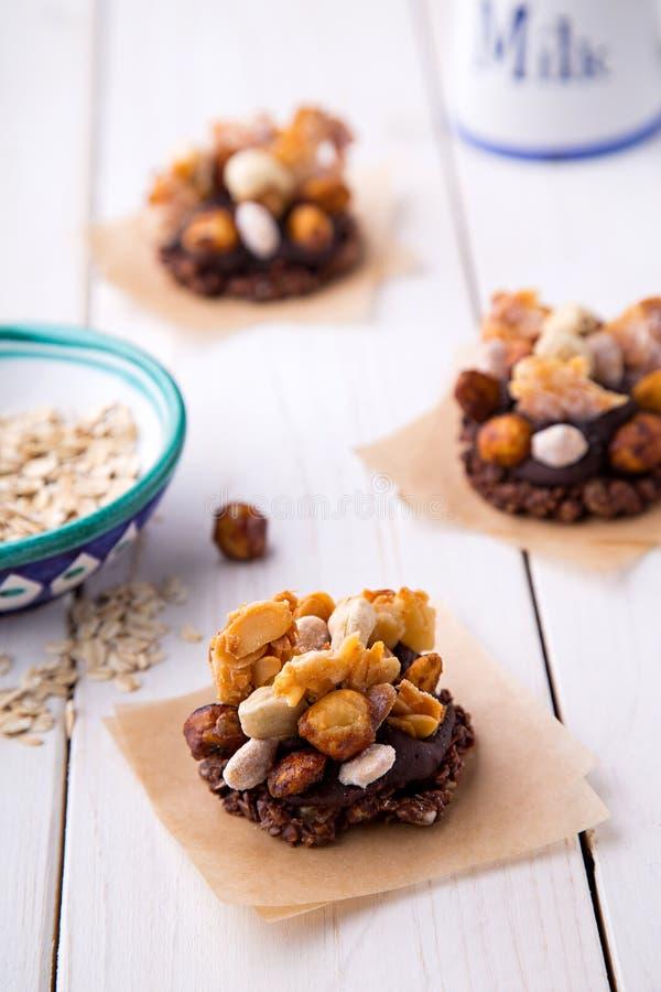 Hafermehl- und Nussplätzchen mit Kakaobananencreme lizenzfreie stockbilder