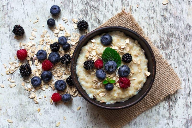 Hafermehlbrei mit reifen Beeren für Draufsicht des Frühstücks lizenzfreie stockfotografie