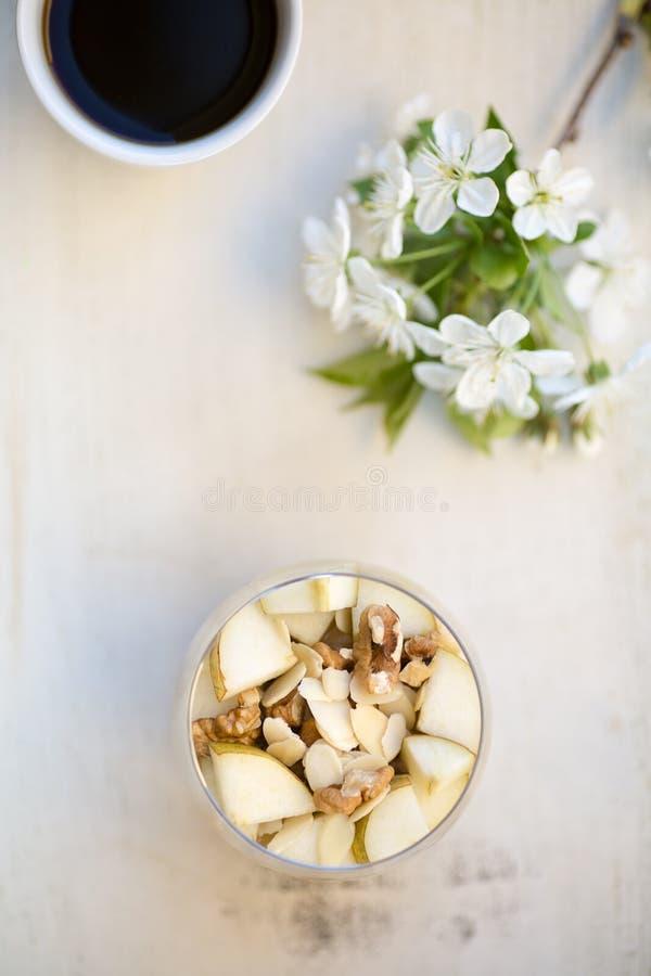 Hafermehlfrühstück gewürzt mit der gestampften Banane, überstiegen mit slic stockfoto