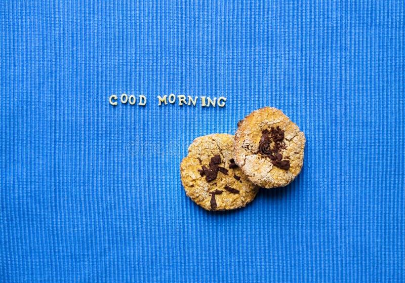 Hafermehlplätzchen auf einer blauen Serviette, die guten Morgen sagt lizenzfreie stockbilder