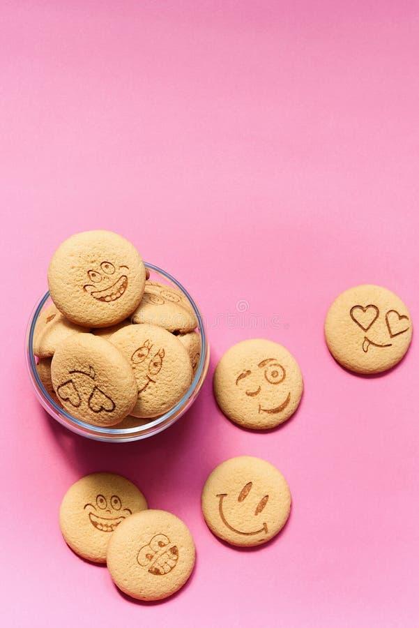 Hafermehlplätzchen in Form eines Emoticon auf einem rosa Hintergrund Keksplätzchen für Frühstück Babykekse für Snäcke lizenzfreie stockfotografie