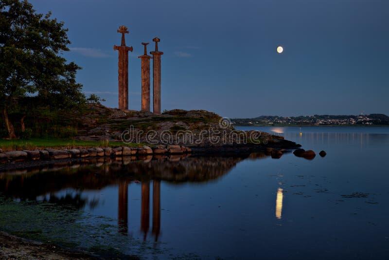 hafrsfjord ξίφη βράχου νύχτας στοκ φωτογραφίες