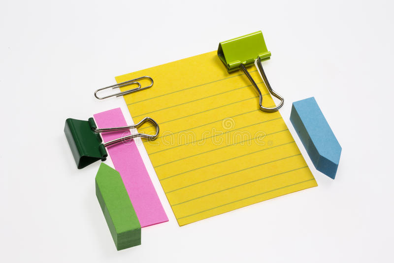 Haftnotiz, Büroklammern und Mappen-Klipp stockbilder