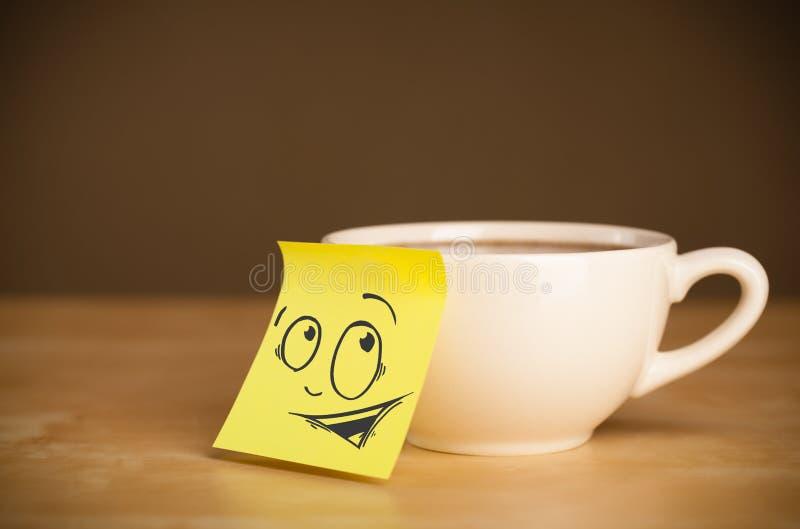 Haftnotiz mit dem smileygesicht sticked auf Schale lizenzfreie stockbilder