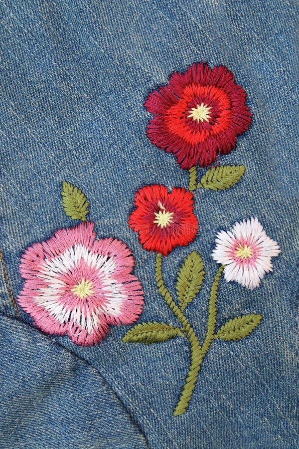 Haftuje kwiatu na cajgach zdjęcia royalty free