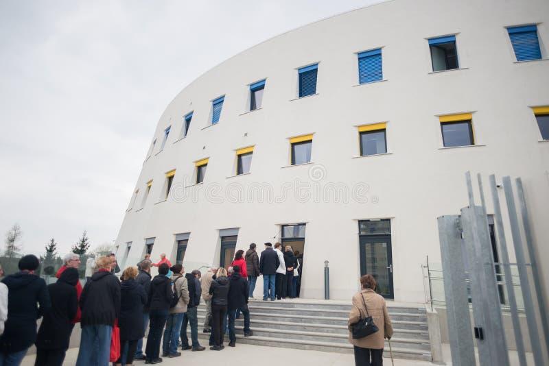 Haga cola, línea de gente que espera en la entrada del almacenamiento de la caja del almacén del arte del museo del prumyslove de fotografía de archivo