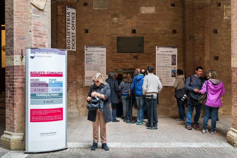 Haga cola para comprar un boleto en la taquilla para visitar el Palazzo Pubblico en Siena, Italia fotos de archivo libres de regalías