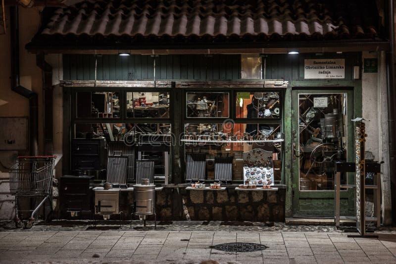 Haga compras en una calle del distrito de Bascarsija de Sarajevo, con los artes típicos del cobre del metal que son producidos co foto de archivo libre de regalías