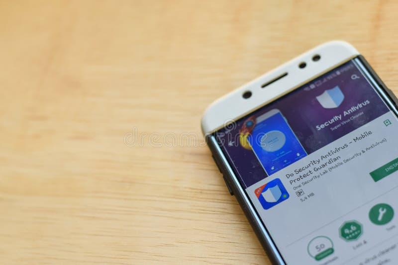 HAGA el antivirus de la seguridad - el móvil protege el uso del revelador del guarda en la pantalla de Smartphone fotos de archivo