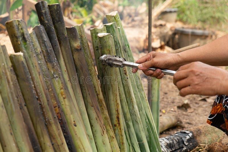 Haga el arroz pegajoso con la leche de coco asada en un cilindro de bambú de las juntas de la longitud, fuga de Khao es postre du foto de archivo libre de regalías