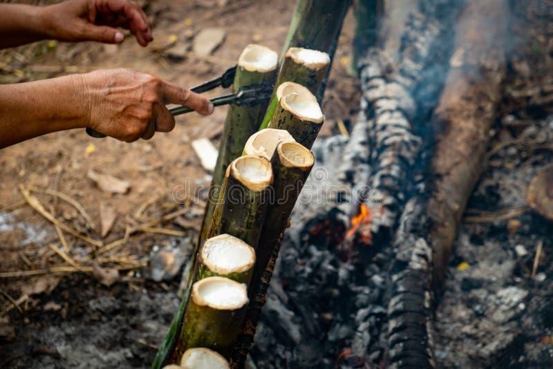 Haga el arroz pegajoso con la leche de coco asada en un cilindro de bambú de las juntas de la longitud, fuga de Khao es postre du imágenes de archivo libres de regalías