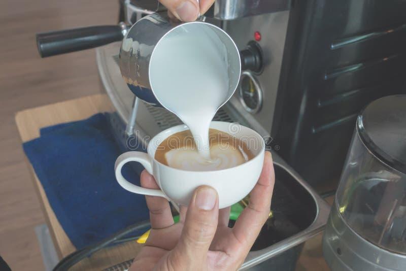 Haga el café del arte del latte foto de archivo
