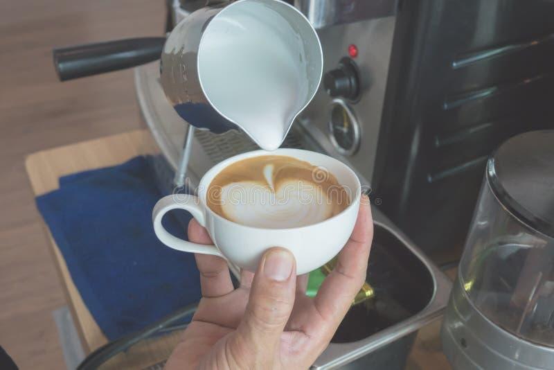 Haga el café del arte del latte imagen de archivo libre de regalías