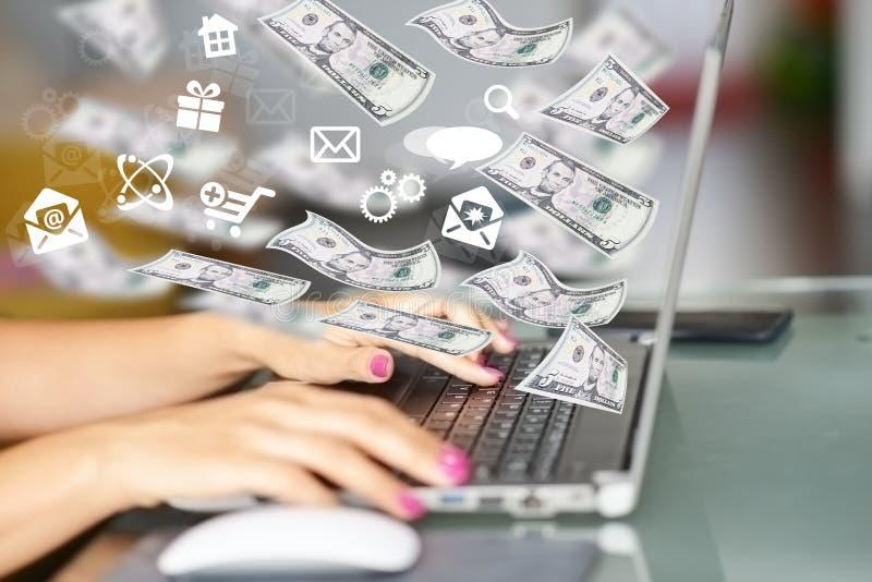 Haga el dinero en línea con los billetes de banco del efectivo que salen del teclado de ordenador, imagen conceptual abstracta fotos de archivo