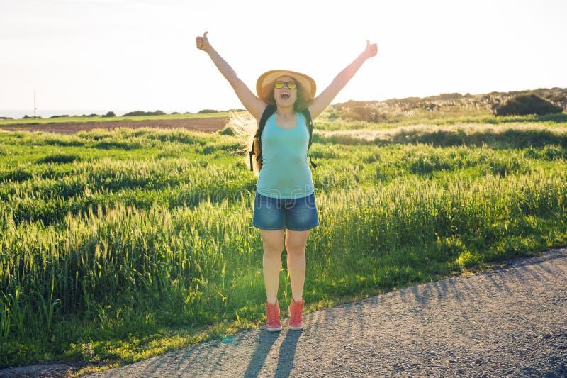 Haga excursionismo el viaje al campo europeo, forma de vida activa, concepto activo de las vacaciones de verano - mirada del viaj fotografía de archivo libre de regalías