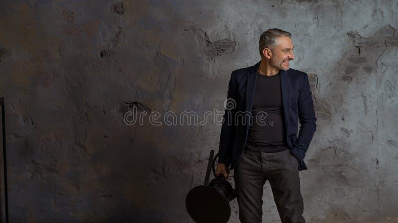 Haga frente a 45 años que los hombres modelan con el pelo y la barba grises foto de archivo