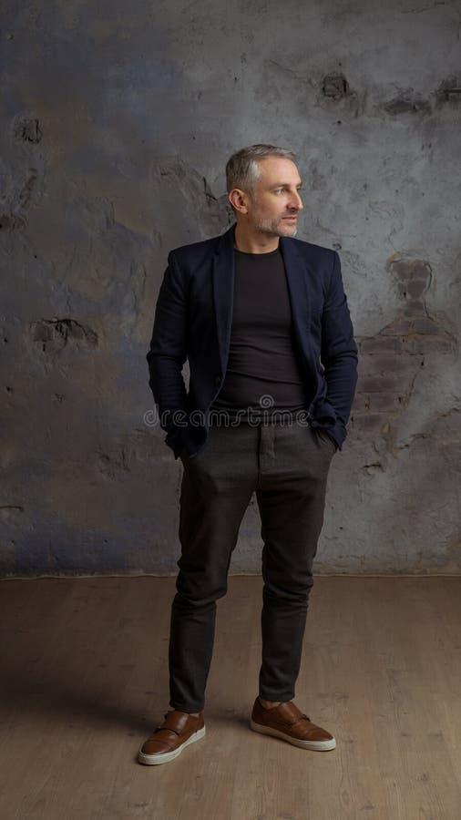 Haga frente a 45 años que los hombres modelan con el pelo y la barba grises fotos de archivo
