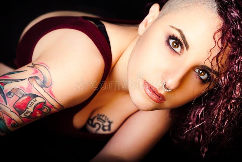 Haga frente al maquillaje y a los tatuajes, maquillaje punky de la muchacha Pelo afeitado imágenes de archivo libres de regalías