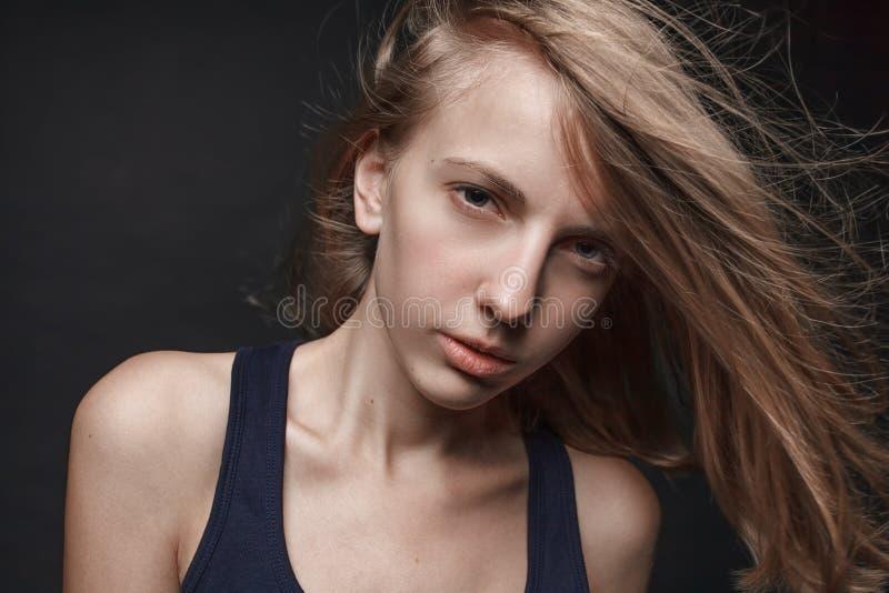 Haga frente al retrato de la mujer rubia joven sin maquillaje Backgro negro imágenes de archivo libres de regalías