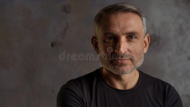 Haga frente a los hombres de 45 años con el pelo y la barba grises fotos de archivo libres de regalías