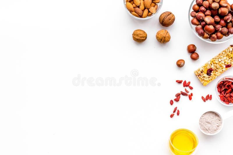Haga las barras de granola calurosas con la harina de avena, las nueces, la miel y las bayas Espacio blanco de la copia de la opi imágenes de archivo libres de regalías