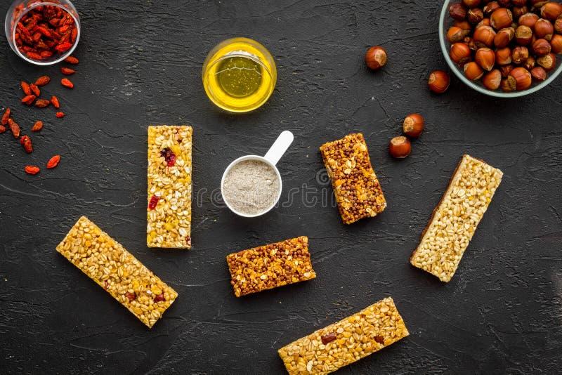 Haga las barras de granola calurosas con la harina de avena, las nueces, la miel y las bayas Espacio negro de la copia de la opin fotografía de archivo libre de regalías