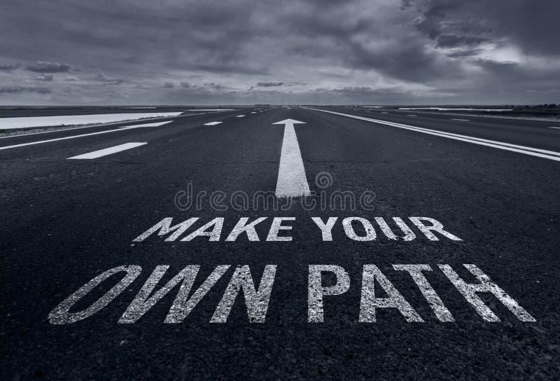 Haga su propio camino Cita de motivación para crear futuro en fondo de la naturaleza imagen de archivo