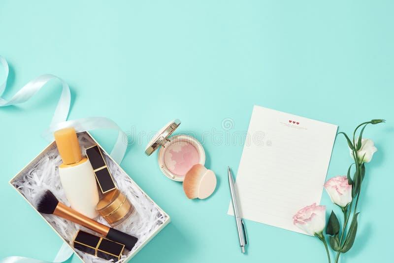 Haga sube y regalo del sistema de los cosméticos imagen de archivo
