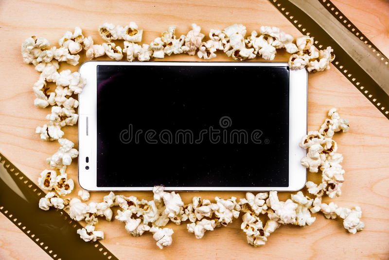 Haga tabletas la PC en la madera con cualidades del cine imagen de archivo libre de regalías