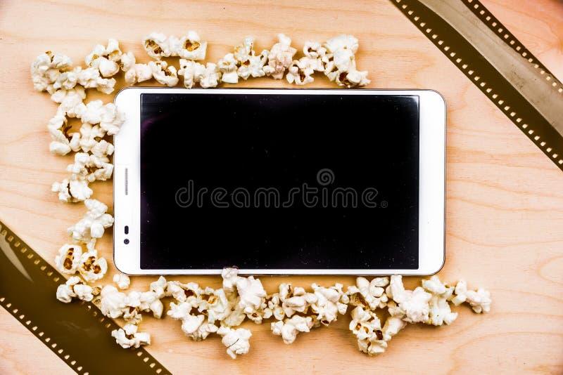 Haga tabletas la PC en la madera con cualidades del cine fotografía de archivo libre de regalías