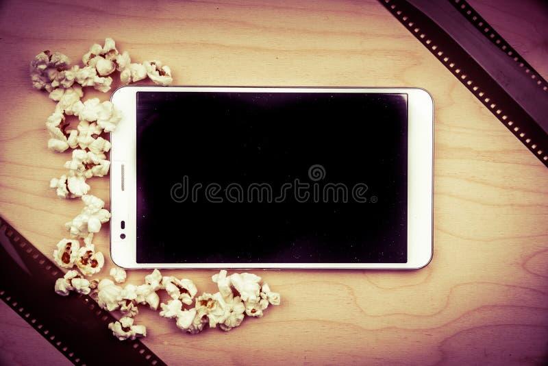 Haga tabletas la PC en la madera con cualidades del cine foto de archivo libre de regalías