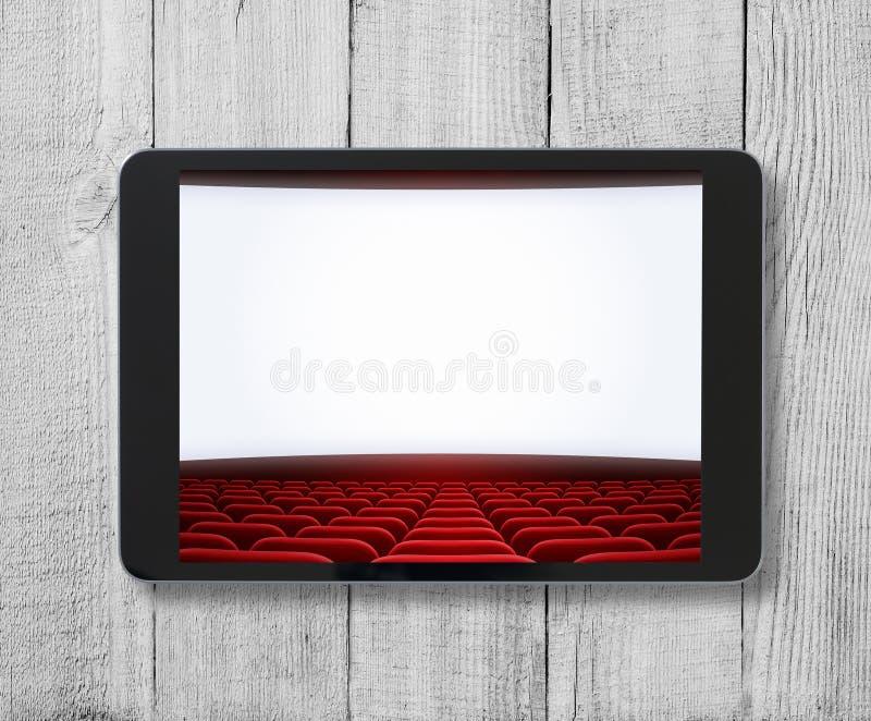 Haga tabletas la PC en la tabla de madera con la pantalla del cine exhibida imagen de archivo