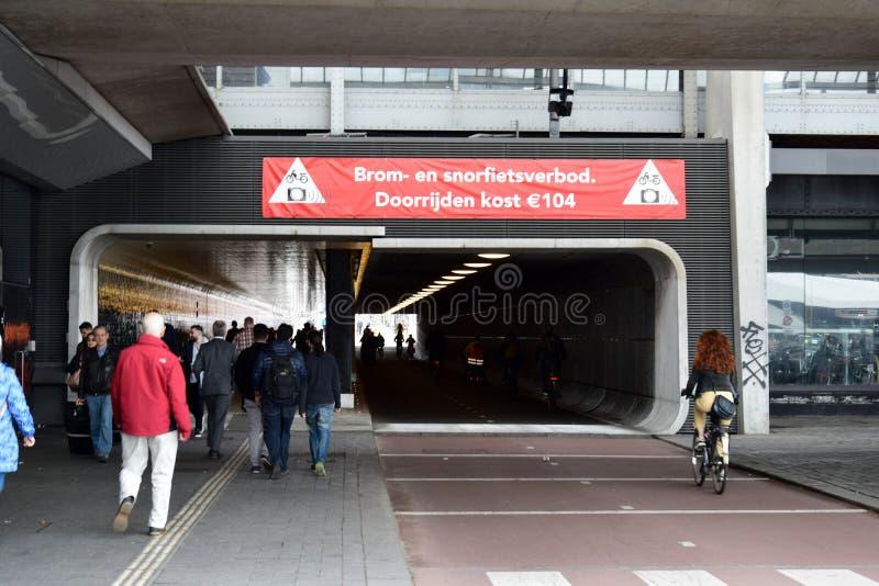 Haga un túnel bajo estación central de Amsterdam, dedicada para las bicis y los pedestraians foto de archivo libre de regalías