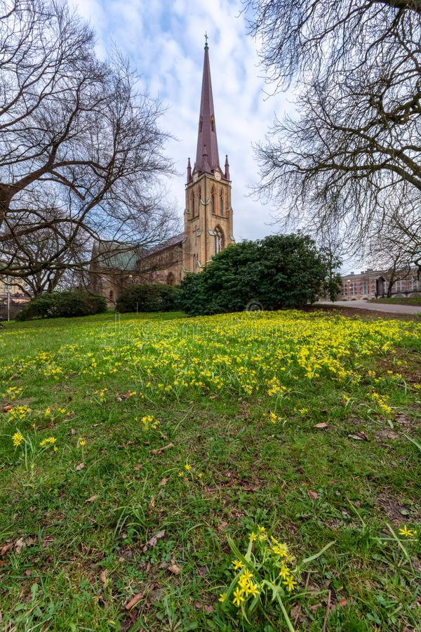 Hagakyrkan die met gele bloemen tijdens de vroege lente Gothenburg wordt omringd stock foto