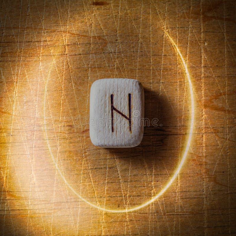 Hagalaz Handgjorda scandinavian tr?runor p? en tr?tappningbakgrund i en cirkel av ljus begrepp av f?rm?genhet arkivbilder