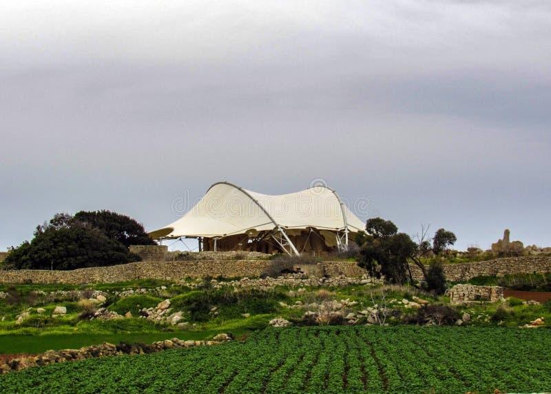Hagar Qim och Mnajdra förhistoriskt tempelkomplex med markisen, megalittempel under det skyddande tältet på den medelhavs- ön av fotografering för bildbyråer