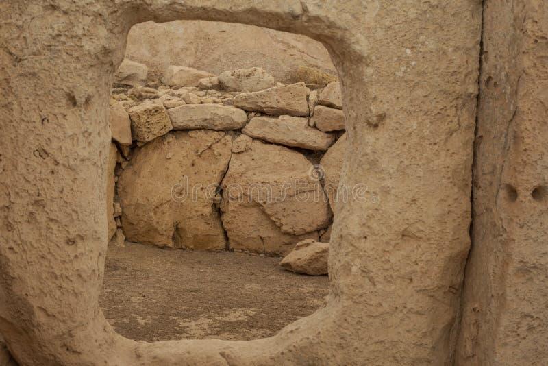 Hagar Qim Temple   Fönster spela golfboll i hål sten arkivbilder