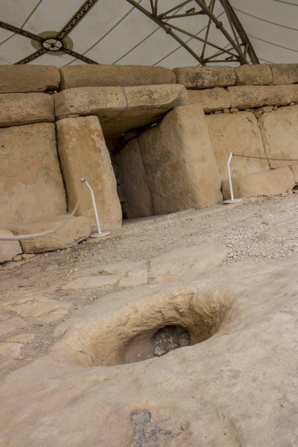 Hagar Qim Temple   Spela golfboll i hål sten på ingången arkivfoton